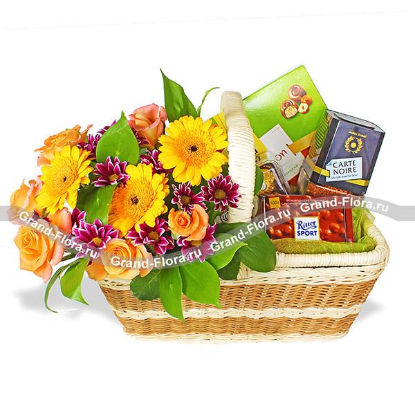 На чашечку кофе - подарочная корзина с цветами и сладостями