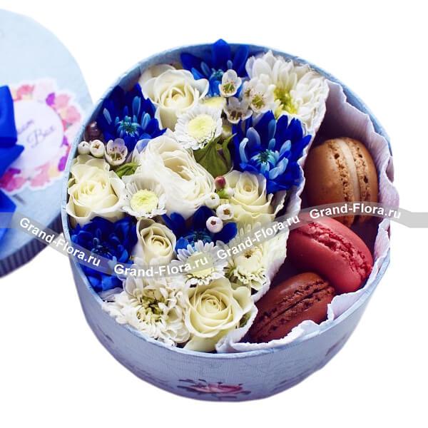 Коробочка удачи - коробка с розами, хризантемами и макарунс от Grand-Flora.ru