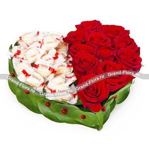 Романтичная композиция из красных роз и конфет Raffaello
