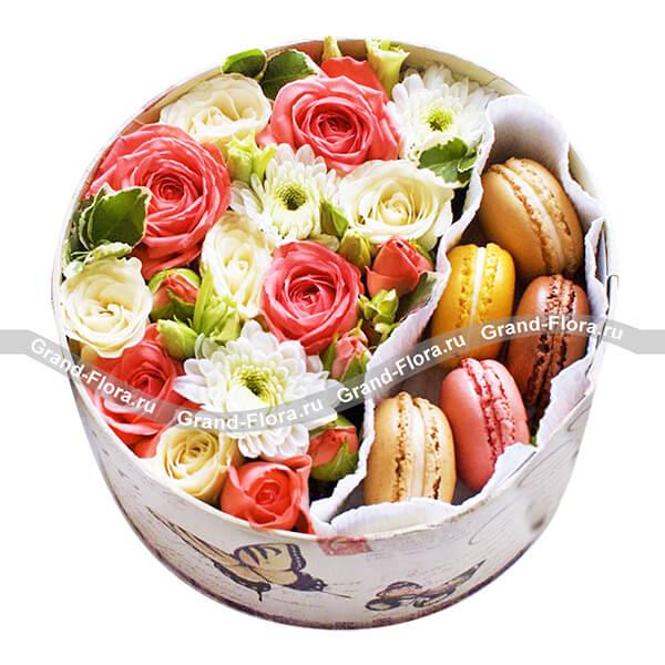 Моя прелесть! - круглая коробка с хризантемами и макарунс