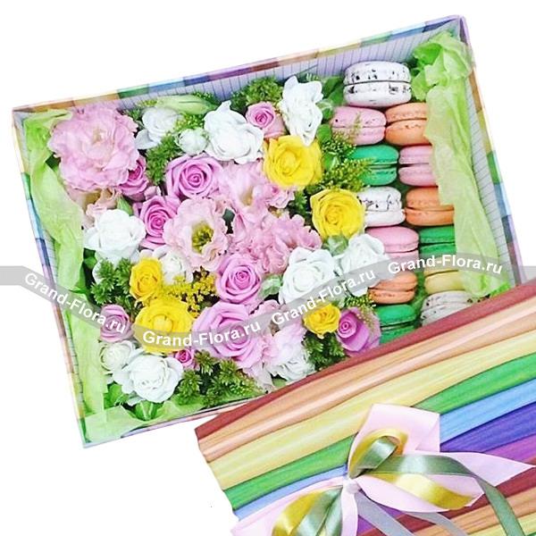 Девичьи мечты - коробка с розами и макарунс от Grand-Flora.ru