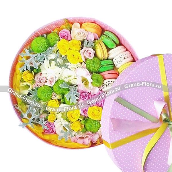 Пленэр - коробка с розами и макарунс от Grand-Flora.ru