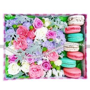 Прогулка по облакам - коробка квадратная с розами и макарунс