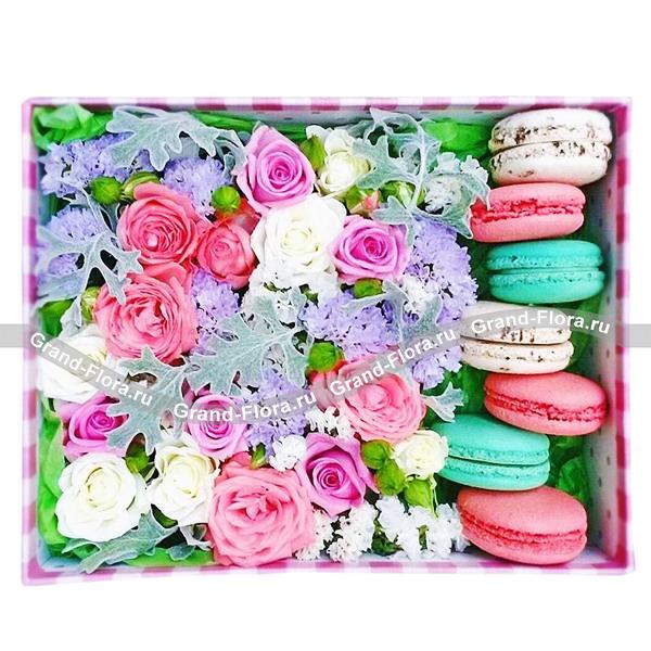 Прогулка по облакам - коробка квадратная с розами и макарунс от Grand-Flora.ru
