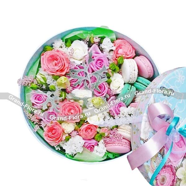 Сладкие кружева - коробка с розами и макарунс от Grand-Flora.ru