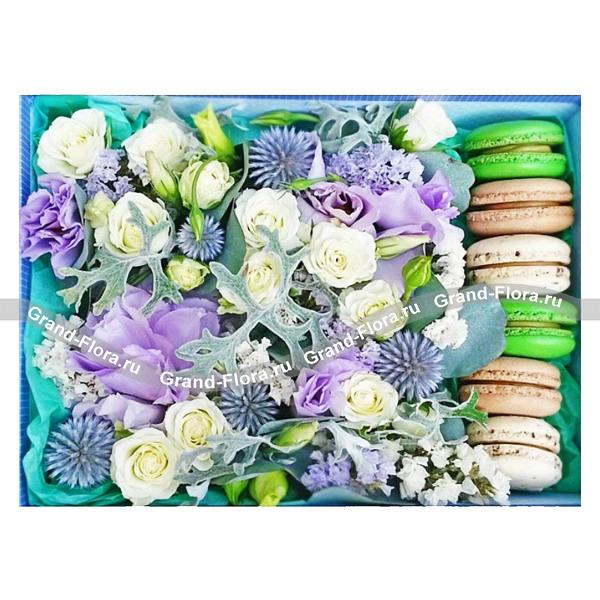 Бегущая по волнам - коробка с розами и макарунс от Grand-Flora.ru