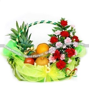 Корзина с фруктами и цветами ОчарованиеКорзина с фруктами и цветами Очарование больше подойдет в качестве подарка для представительниц прекрасного пола, будь то это Ваша возлюбленная, подруга, коллега, сестра или мама. Благодаря грамотно подобранному сочетанию цветов (светло-зеленый и же...<br>