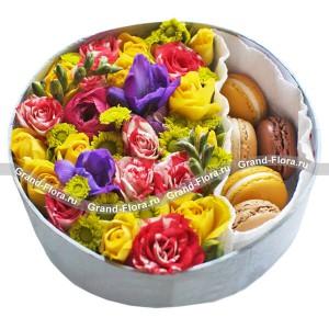 Коробочка восторга - коробка с хризантемами и макарунс...<br>