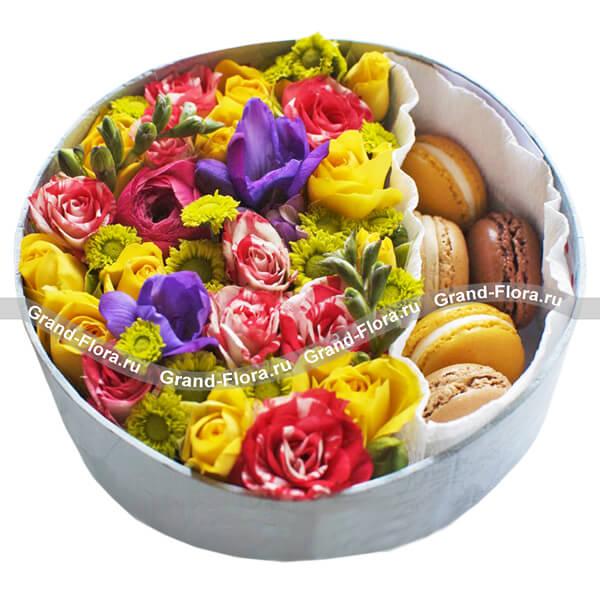Коробочка восторга - коробка с хризантемами и макарунс от Grand-Flora.ru