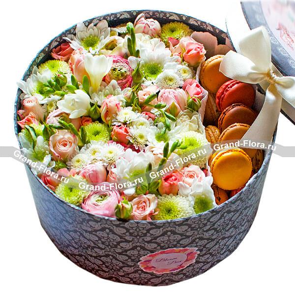 Наслаждение - коробка с хризантемами и макарунс от Grand-Flora.ru