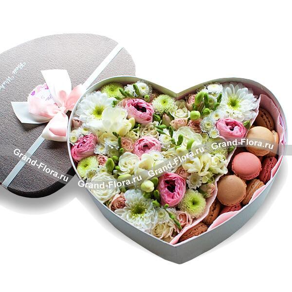 Цветы в коробке Гранд Флора Каприз принцессы - коробка с хризантемами и макарунс фото