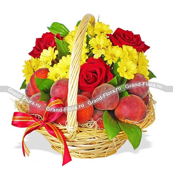 Корзина сочных персиков с розами и хризантемами