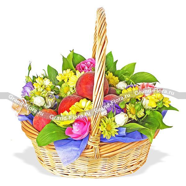 Корзина с персиками, хризантемами и эустомами