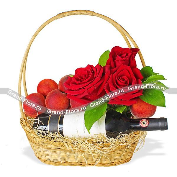 Корзина с сочными персиками, розами и сюрпризом