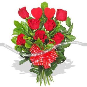 Тайна сердецЯркое великолепие букета из роз Муза весны, словно магический талисман, рожденный весенним солнцем. Розы сочного, теплого оттенка, восходящего ярила в обрамлении игривой зелени, словно символизируют начало весны и любви. Подобранные в тон цветам лен...<br>