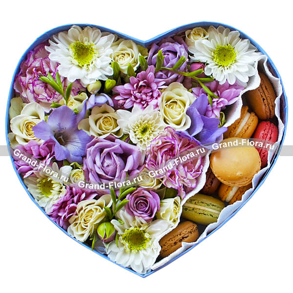 Цветы в коробке Гранд Флора Коробочка романтики - коробка в виде сердца с розами и макарунс фото
