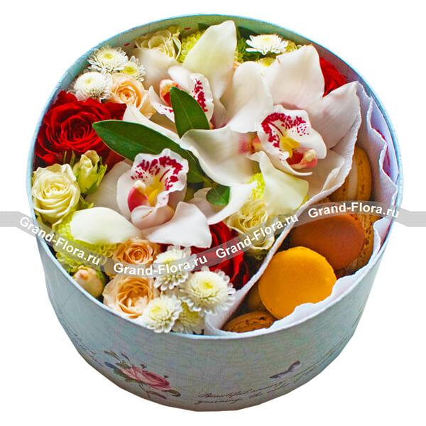Цветы в коробке Гранд Флора Коробочка нежности - коробка с розами и макарунс фото