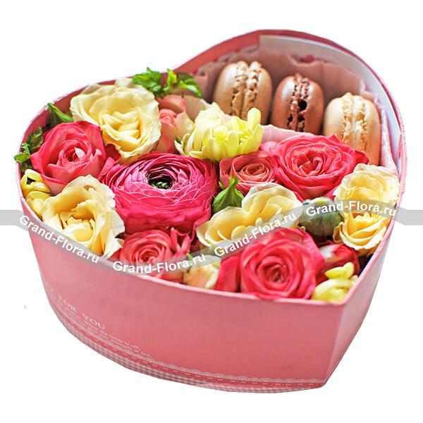 Цветы в коробке Гранд Флора Коробочка любви - коробка в виде сердца с розами и макарунс фото