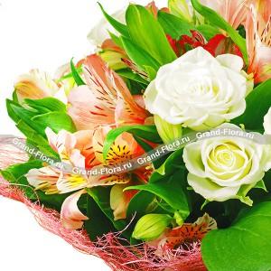 Французское очарование + сертификат 1000Легкость, романтичность, свобода – именно так можно охарактеризовать букет. Волшебные по своей красоте альстромерии и деликатные розы не кричат о громких чувствах, а дают едва уловимый намек. Дизайнеры соединили два цветка, которые вместе прост...<br>