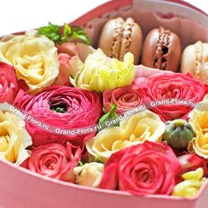 Коробочка любви + сертификат - коробка в виде сердца с розами и макарунс + сертификат...<br>