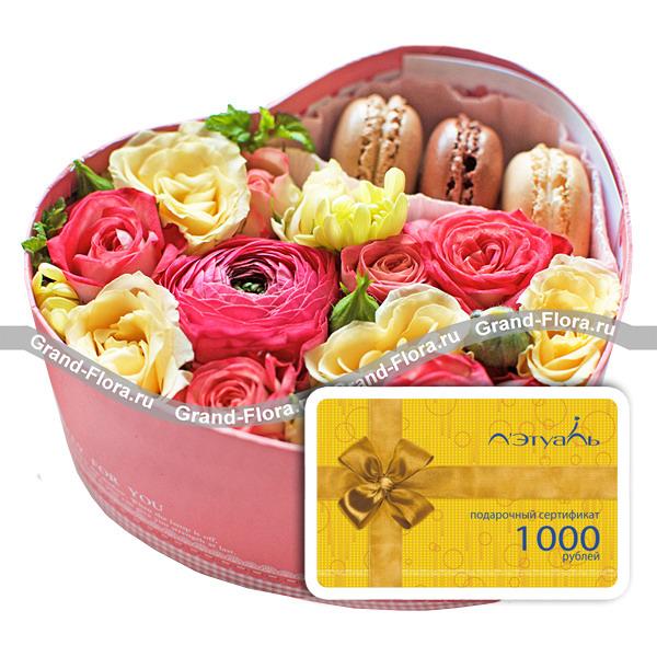 Цветы в коробке Гранд Флора Коробочка любви + сертификат - коробка в виде сердца с розами и макарунс + сертификат Летуаль фото