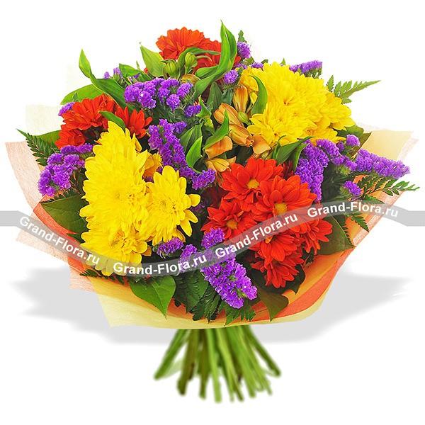 Яркий букет из желтых и красных хризантем и статицы