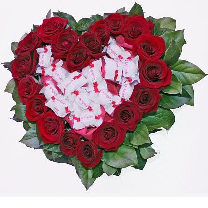 Сердце с Raffaello - композиция из красных роз и конфет Rafaello