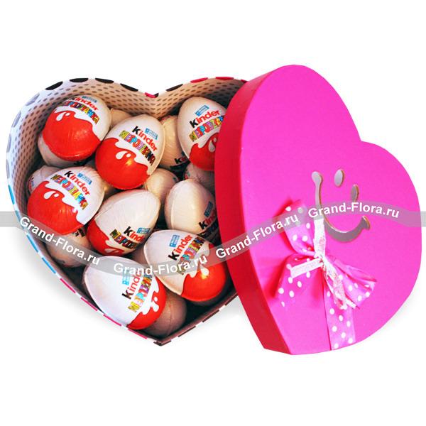 Самым маленьким! - коробка в виде сердца с яйцом Kinder