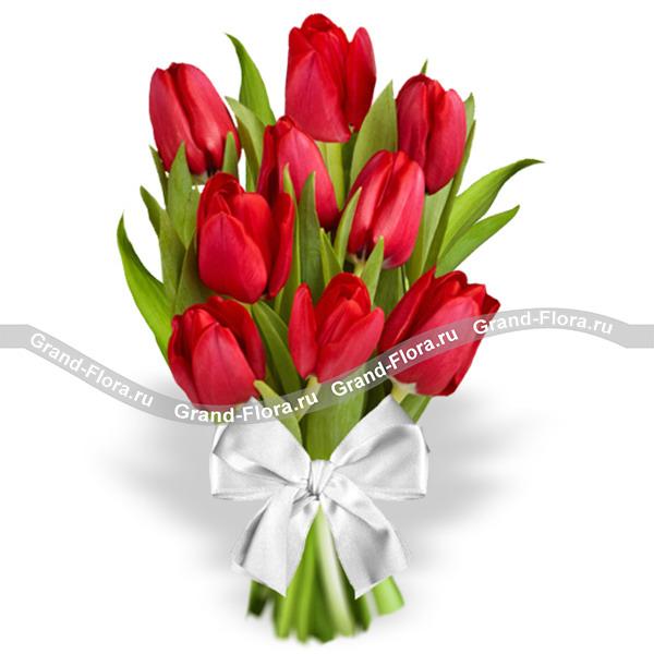 Это Любовь! - букет из красных тюльпанов с белым бантом от Grand-Flora.ru