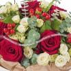 Букет из красных и кремовых роз - Цветочный рай