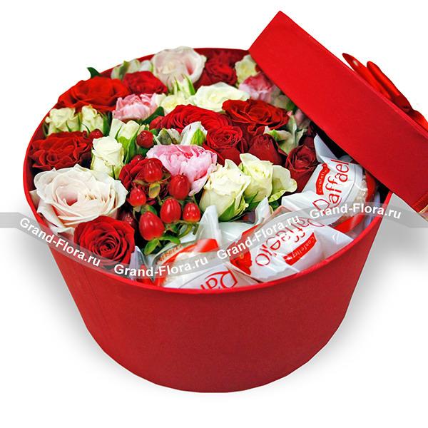 Приятный подарок  - коробочка с кустовой розой, альстромерией и рафаэлло