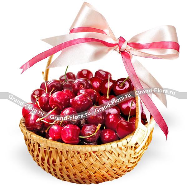 Спелая ягодка - корзина с черешней