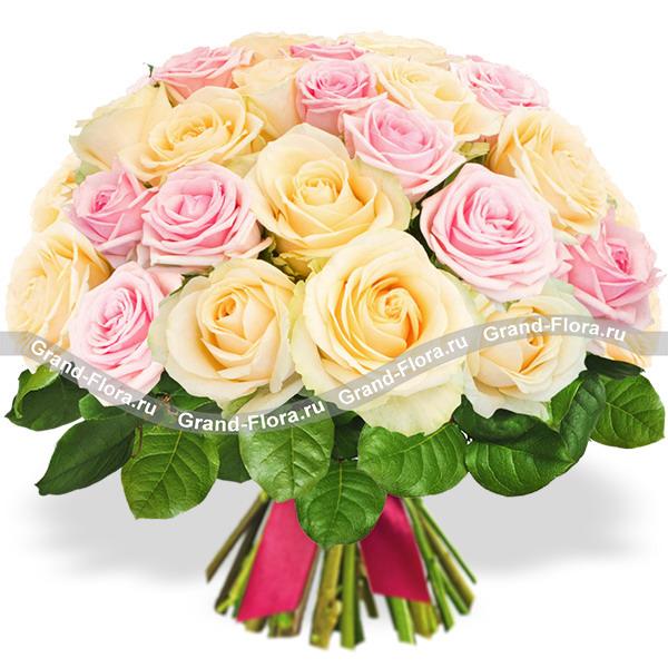 25 роз Гранд Флора 25 розово-кремовых роз фото