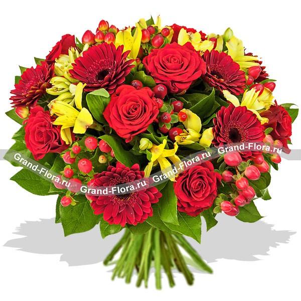 Букет в красно-желтых тонах из роз, хризантем и гиперикума