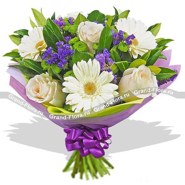 Потрясающий букет из гербер, кремовых роз и статицы