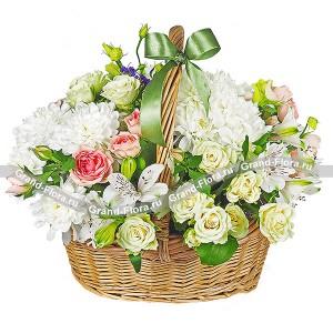 Заманчивая нежностьНежные кустовые розы, эустомы и альстромерии — создают великолепную гармонию в этой корзинке. Трогательный атласный бантик служит ненавязчивым элементом декора. Цветочная корзина станет отличным дополнительным украшением интерьера вашей гостин...<br>