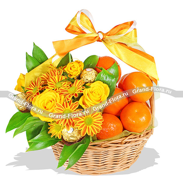 Яркие снежинки - корзина  с хризантемой, фруктами и конфетами