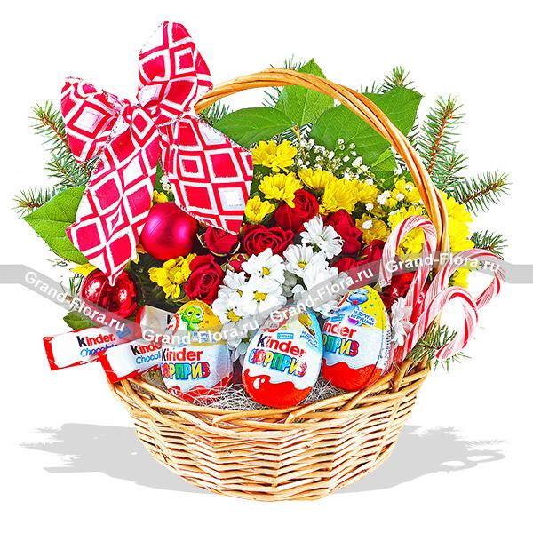 Киндер-Сюрприз - корзина со сладостями и новогодним декором