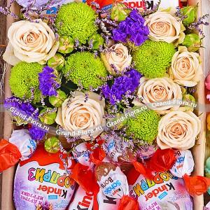 Сладкое послание - коробка из хризантем и киндеров