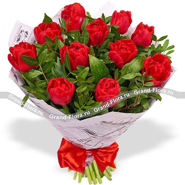 Душевный порыв - букет из красных тюльпанов с декоративной зеленью