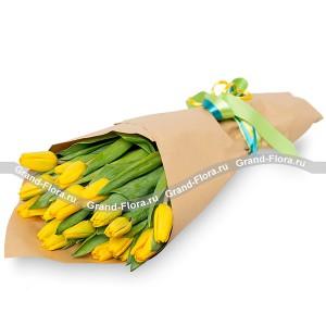 25 желтых тюльпанов в крафт-бумаге