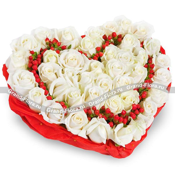 С днём влюбленных - сердце из белых роз и гиперикума