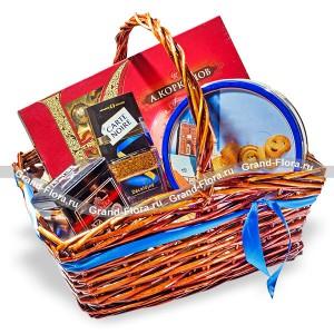 Мужской подарок - подарочная корзина со сладостями...<br>