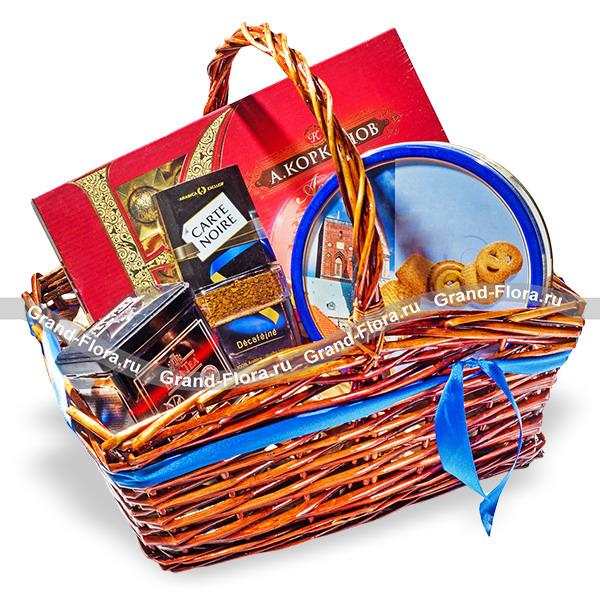 Мужской подарок - подарочная корзина со сладостями