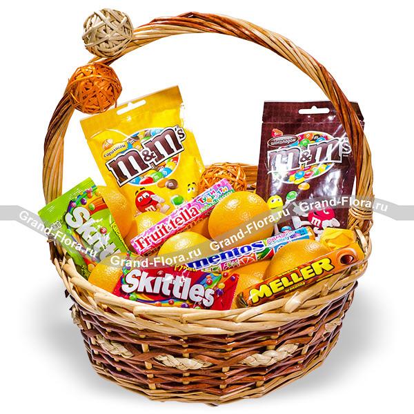 Лакомка - подарочная корзина из фруктов и сладостей