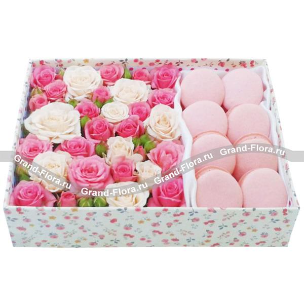 Нежное лето - коробка из кустовых роз и макарун