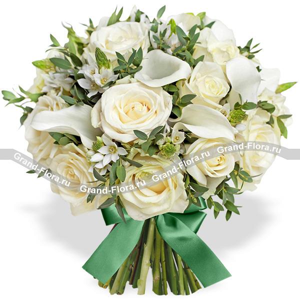 Белое кружево - букет из роз и калл
