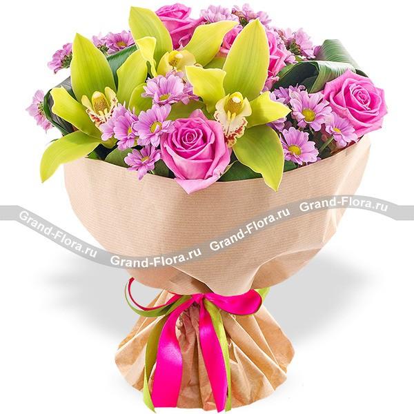 Чары любви - букет из розовых роз и хризантем