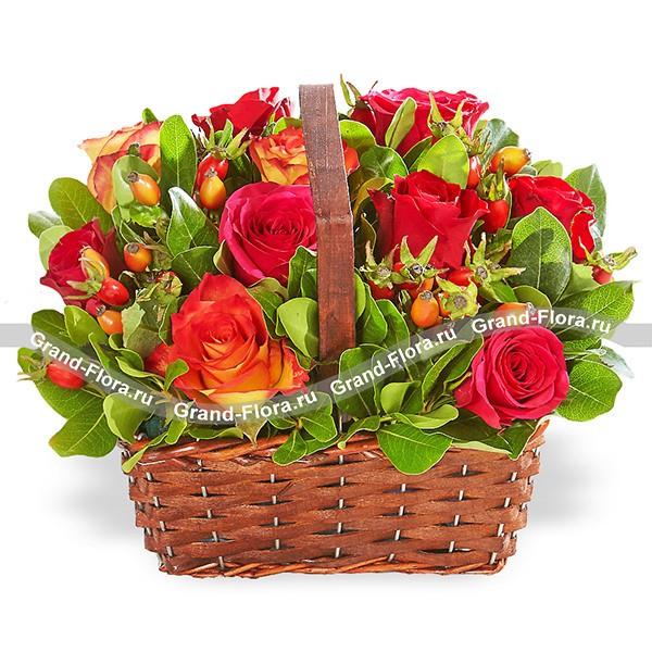 Осенний каприз - корзина из красных и оранжевых роз