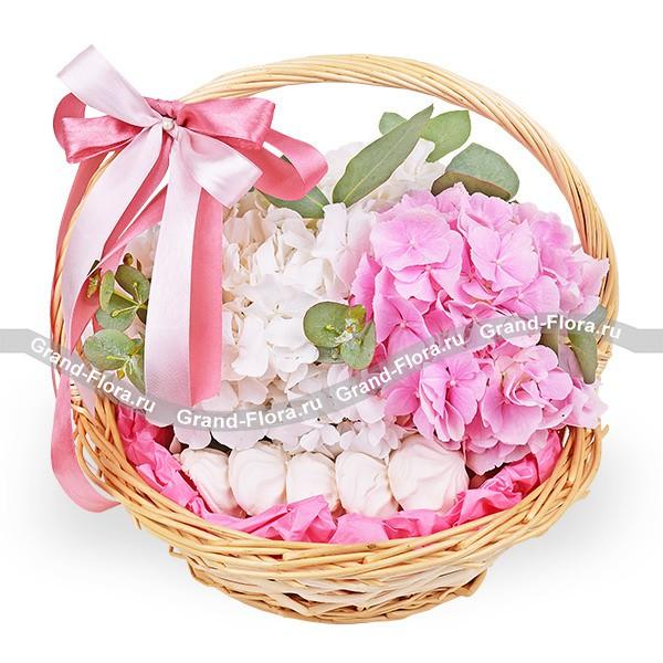Море нежности - корзина с белой и розовой гортензией